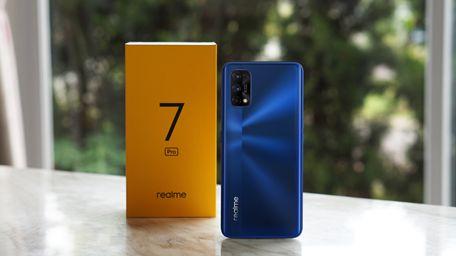 Membuka kotak kemasan Realme 7 Pro edisi Indonesia