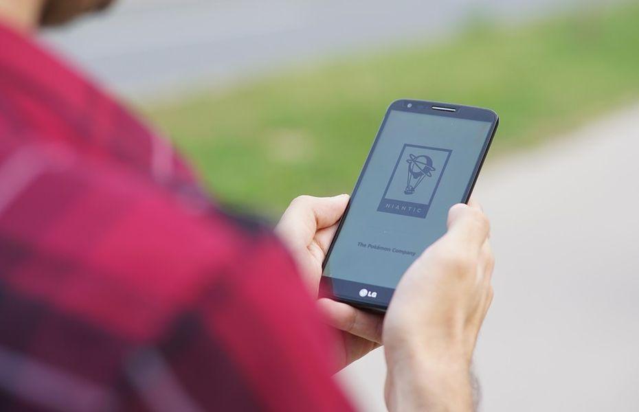 LG patenkan smartphone dengan lubang di layar