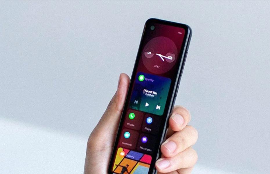 Andy Rubin memperlihatkan ponsel buatannya dengan desain yang unik